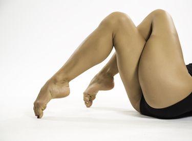 Faire des battements les jambes croisées affiner ses cuisses