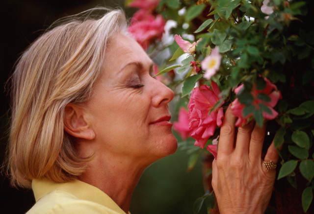 femme âgée et fleurs