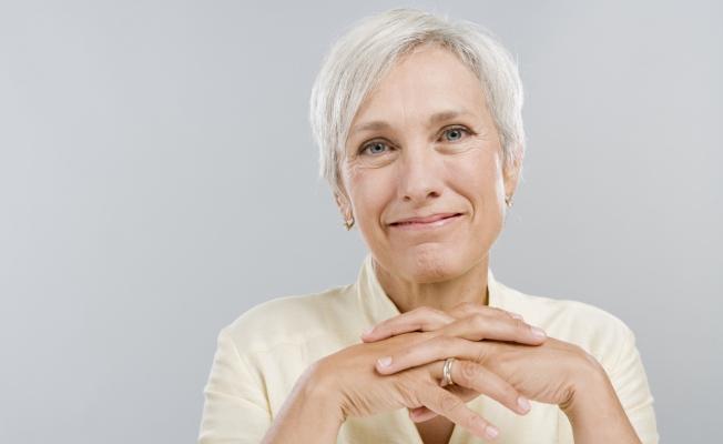 femme blonde âgée